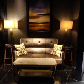 ホテル日航金沢の30階のスカイラウンジ、ル・グランシャリオのバーのソファ