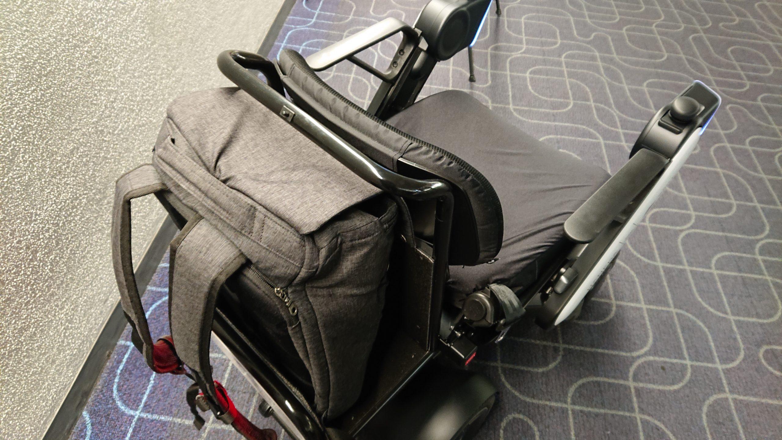 羽田空港第1ターミナル内の自動運転パーソナルモビリティに荷物を載せたところ