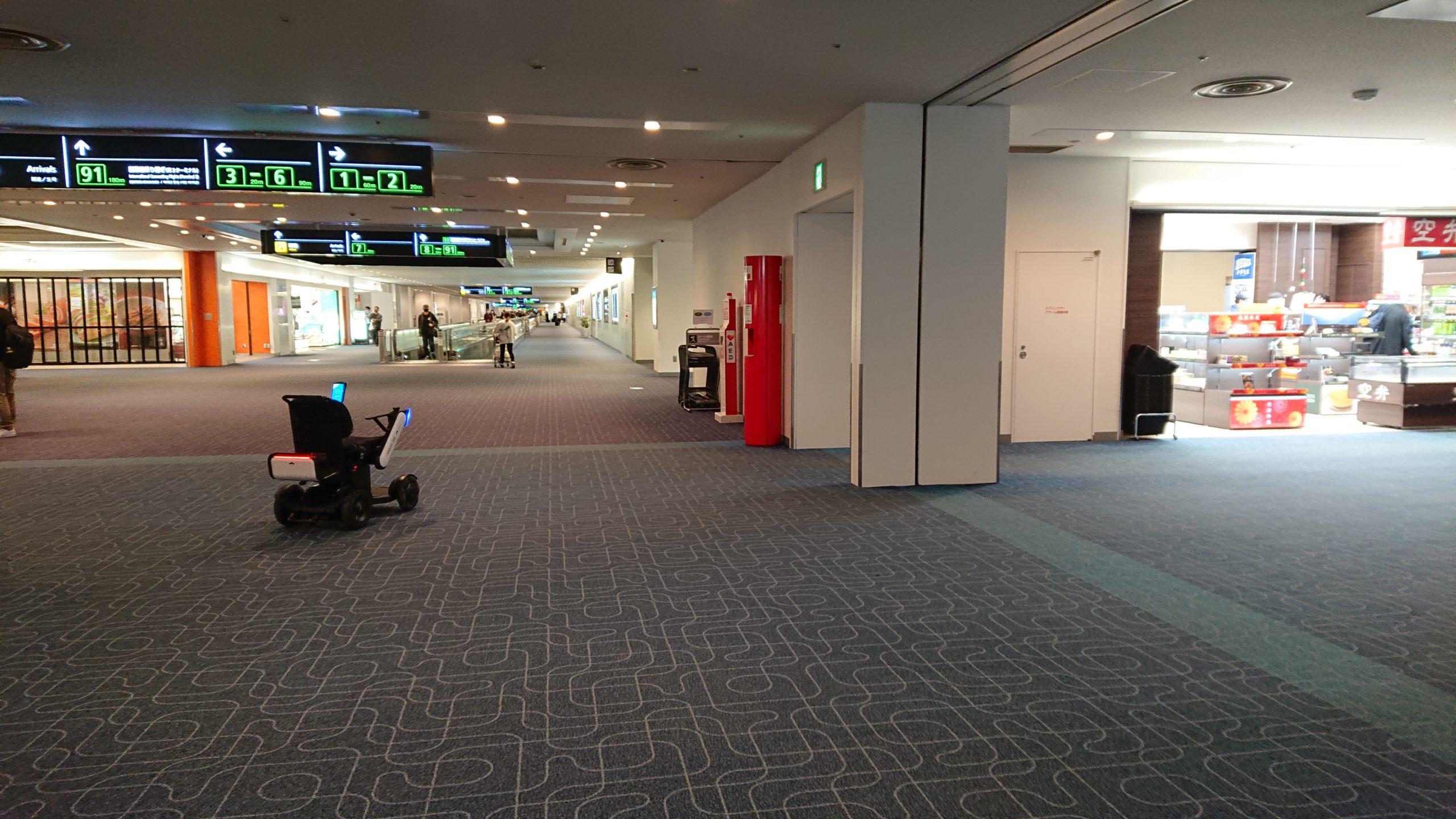 羽田空港第1ターミナル内の自動運転パーソナルモビリティが自動的に返却されるシーン