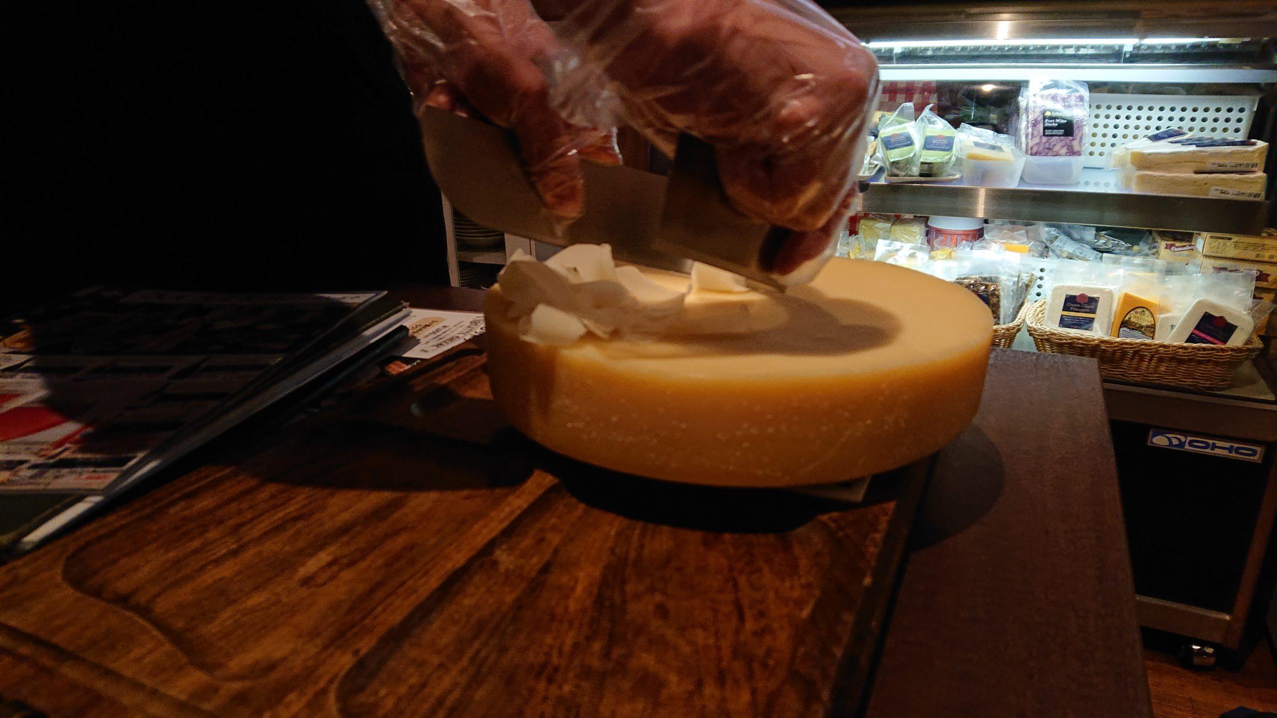 湯島天神横のラクレットグリル、スイス料理とスイスワインのお店のデュガスチーズ添え