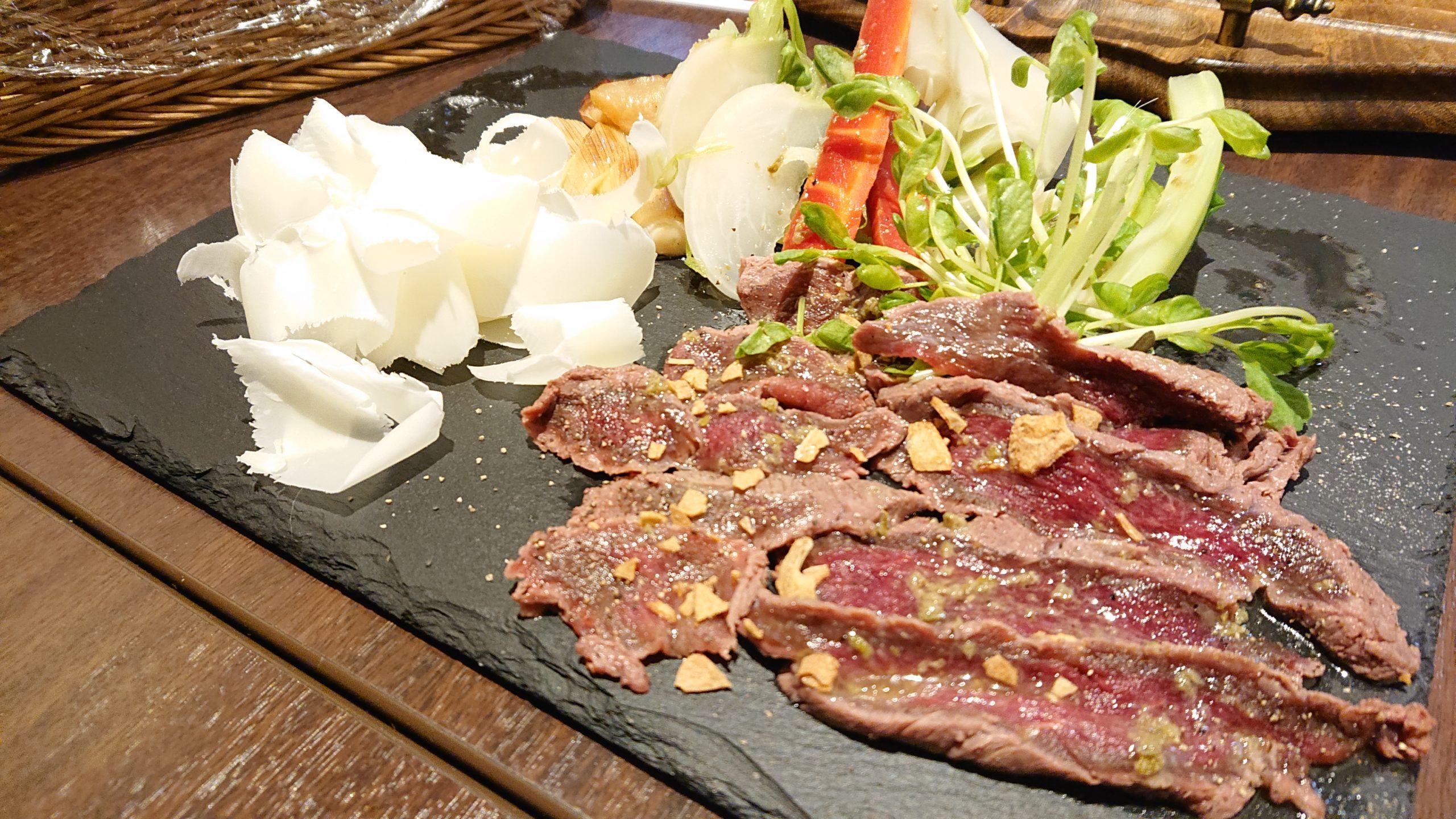 湯島天神横のラクレットグリル、スイス料理とスイスワインのお店の馬肉のカルパッチョとデュガスチーズ添え