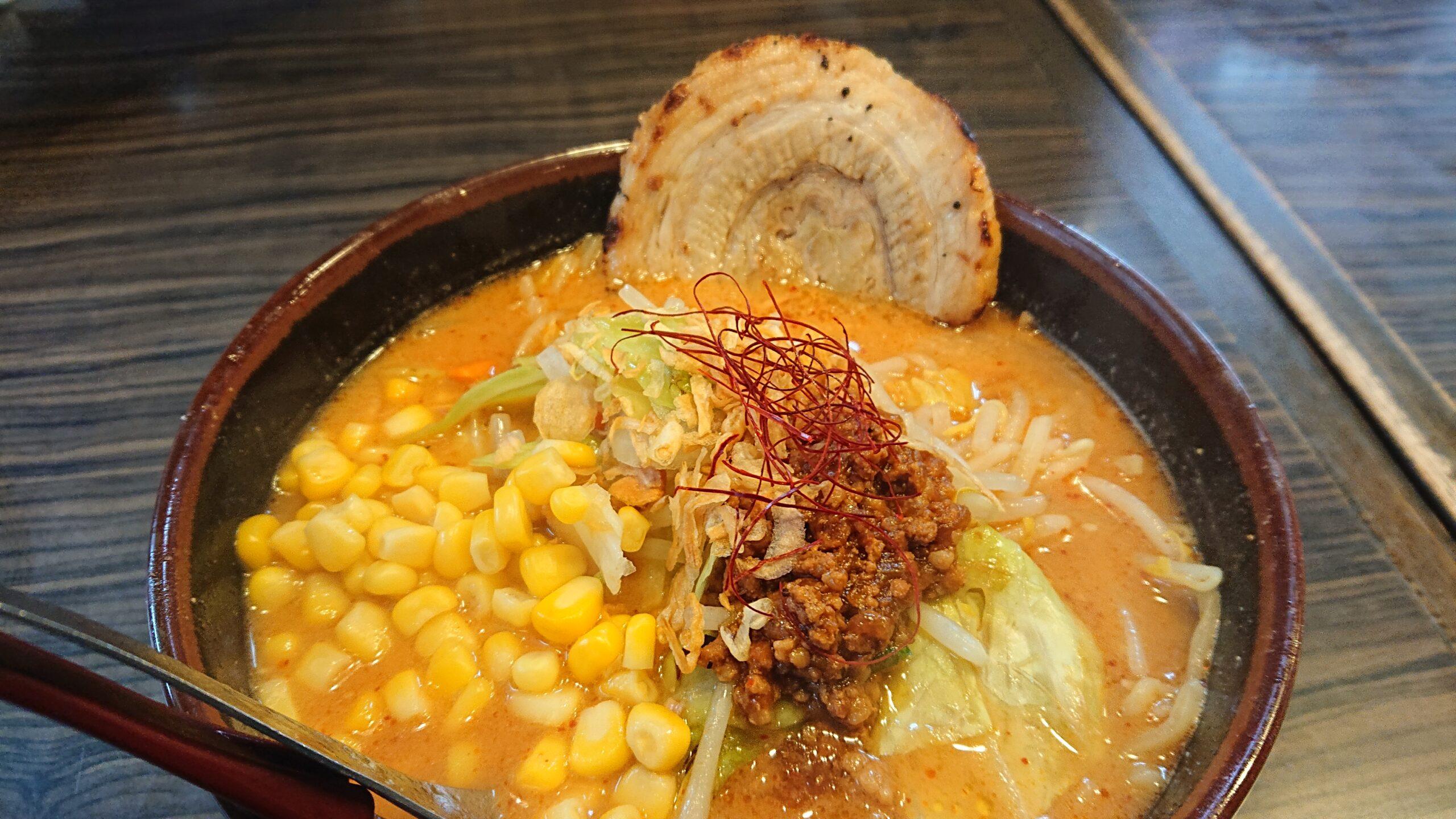 麺場田所商店船橋店の北海道辛味噌野菜ラーメンに炙りチャーシューとコーントッピング
