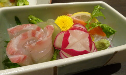 川治温泉にある湯けむりの里柏屋の夕食の三重県産真鯛牡丹作りと栃木プレミアム八汐鱒