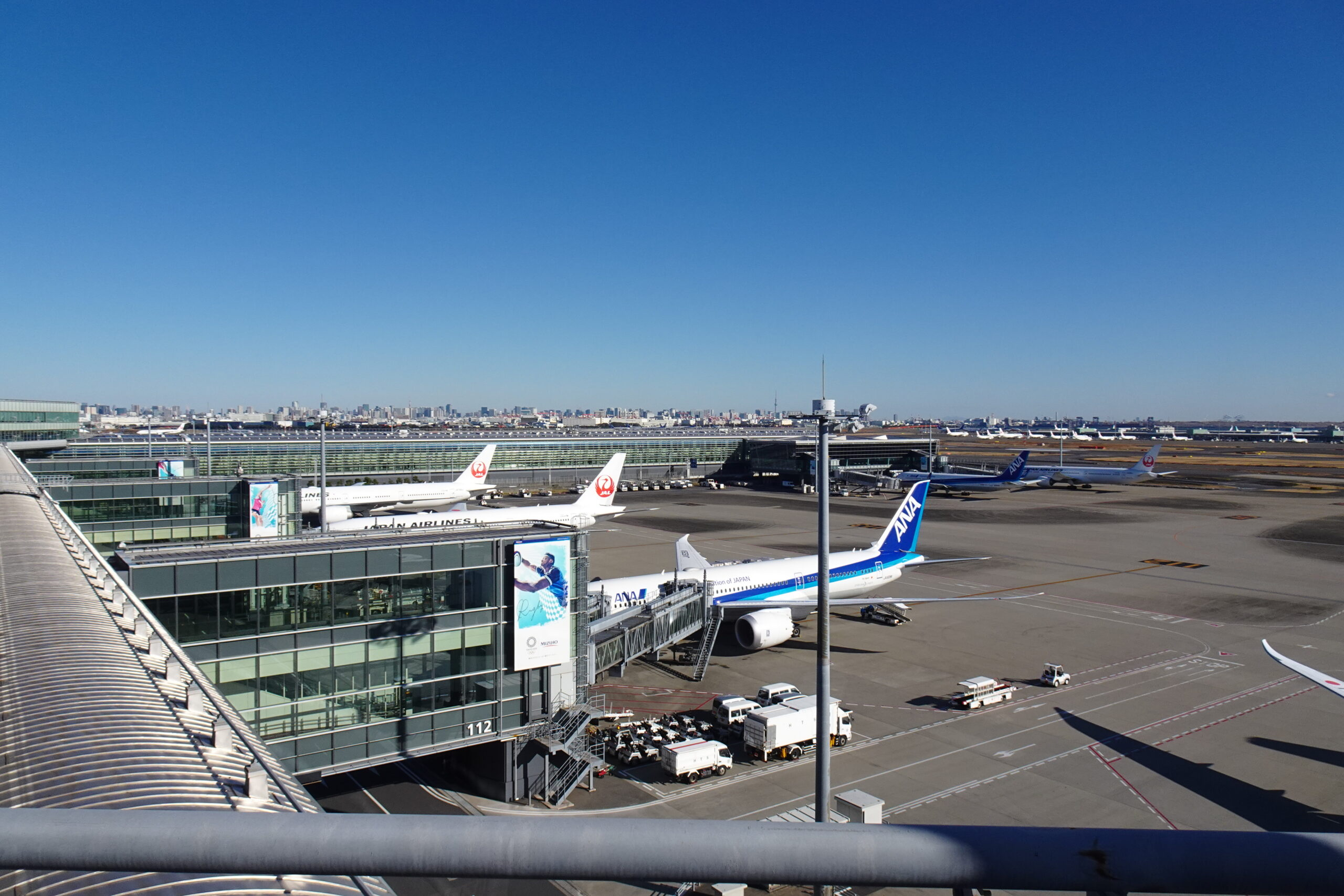 羽田空港第3ターミナル展望デッキからのJAL機とANA機