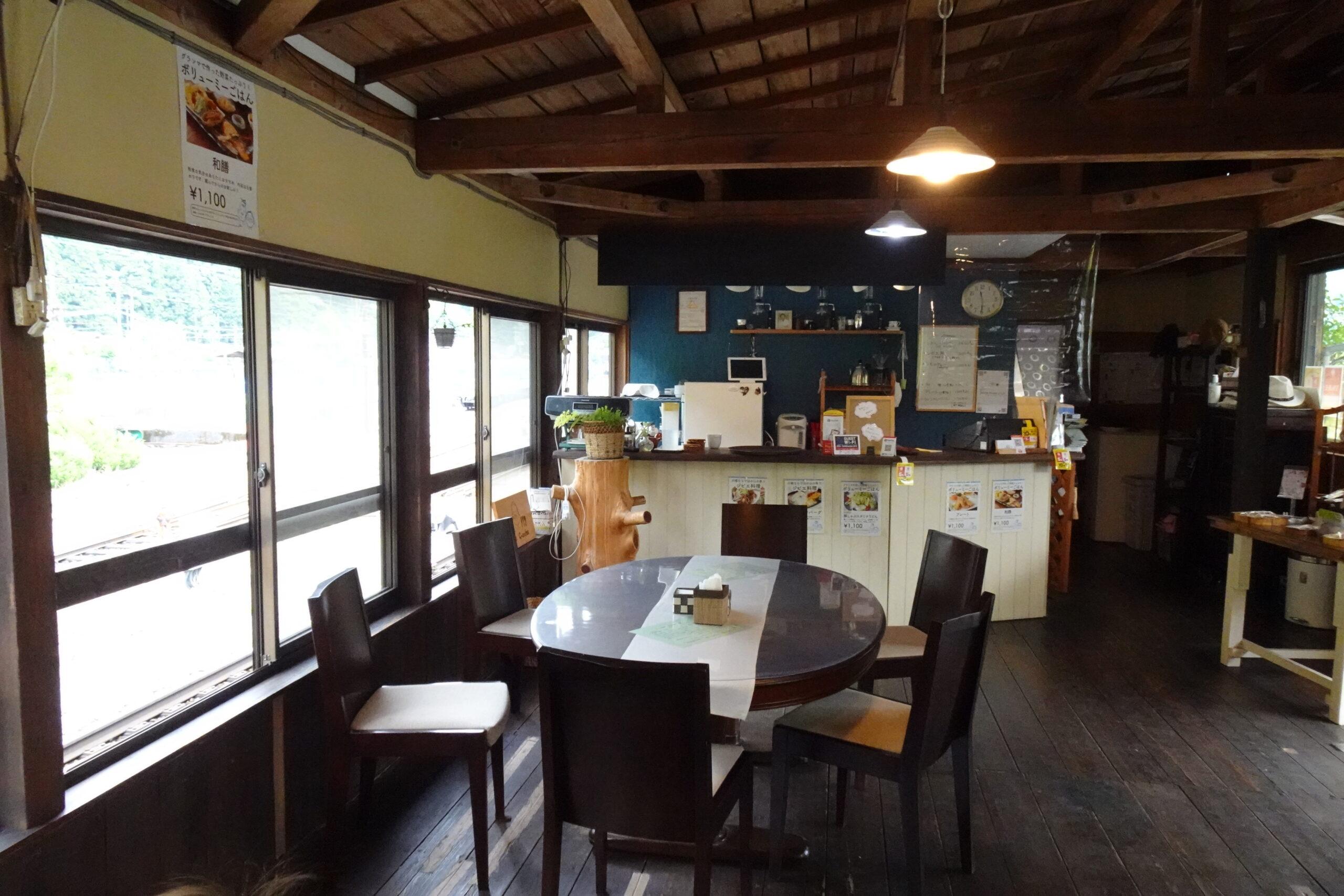 千頭駅近くのカフェグランマのカウンター