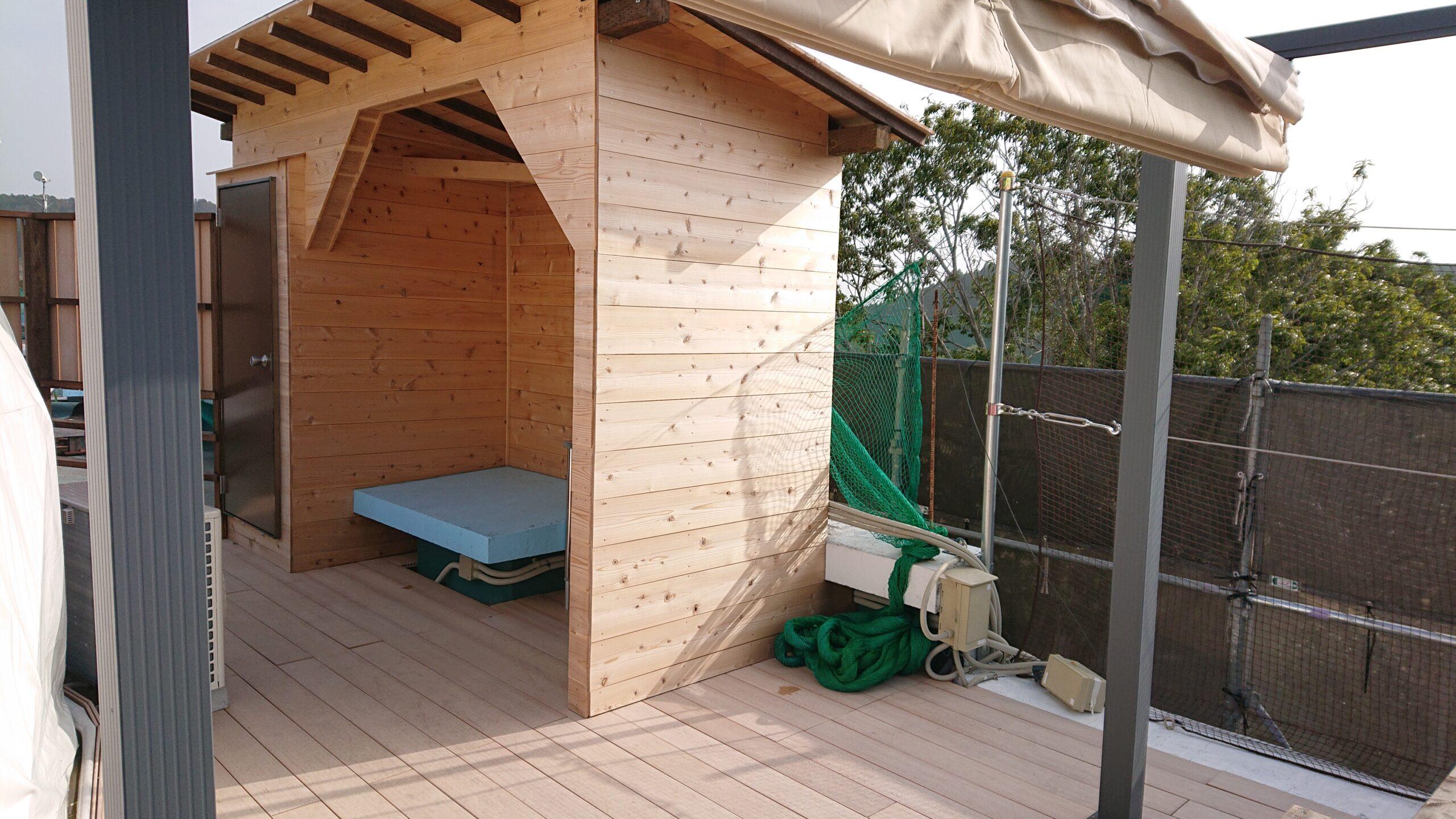 キャメルゴルフ&ホテルリゾートのドームテントグランピングの横にトイレがあります