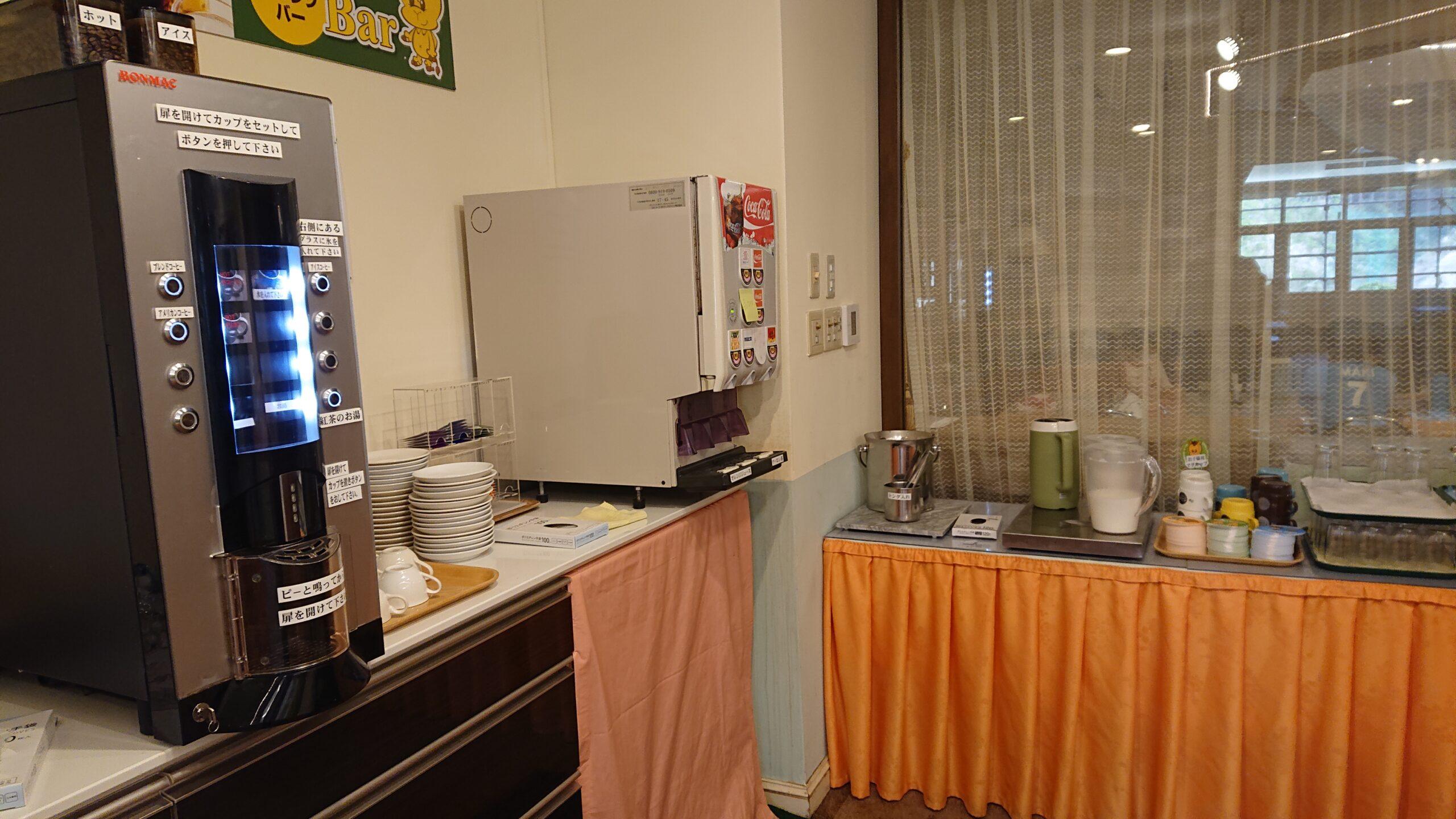 キャメルゴルフ&ホテルリゾートの朝食会場のドリンクバー