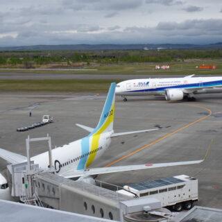 新千歳空港の展望デッキから見たAIRDO機